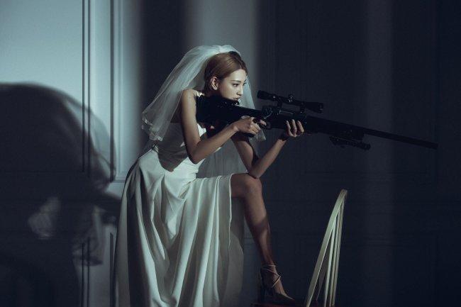 Девушка азиатка с винтовкой