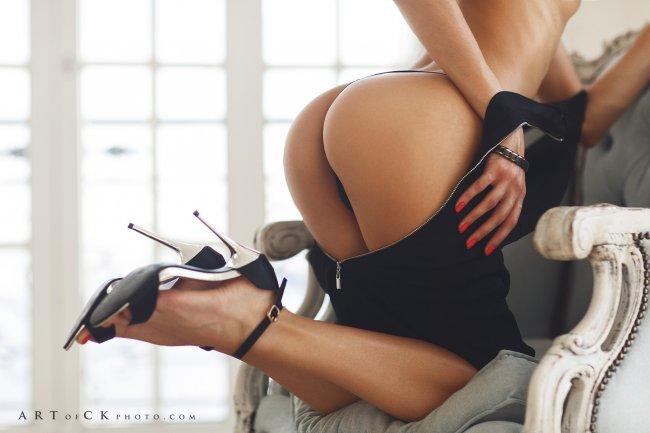 Девушка с шикарной попой позирует на кресле