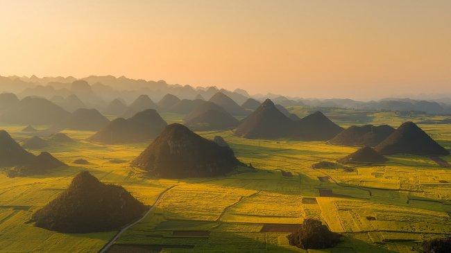 Холмы на рапсовых полях Люопинга, Китай