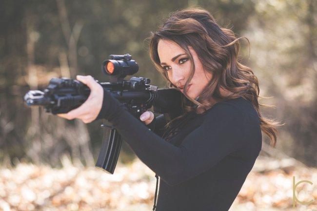 Красивая девушка с ружьем