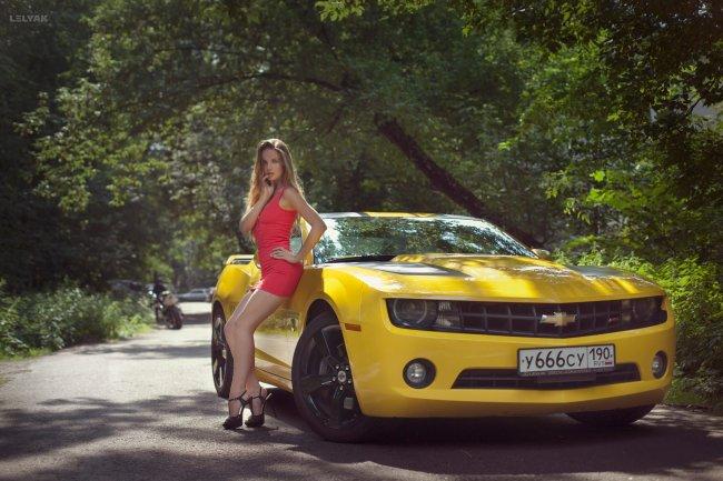 Девушка и Chevrolet Camaro