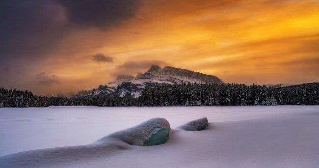 Облачное небо над горами и лесом, Альберта, Канада