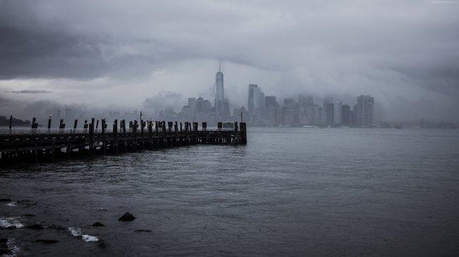 Пирс на фоне города Нью-Йорка