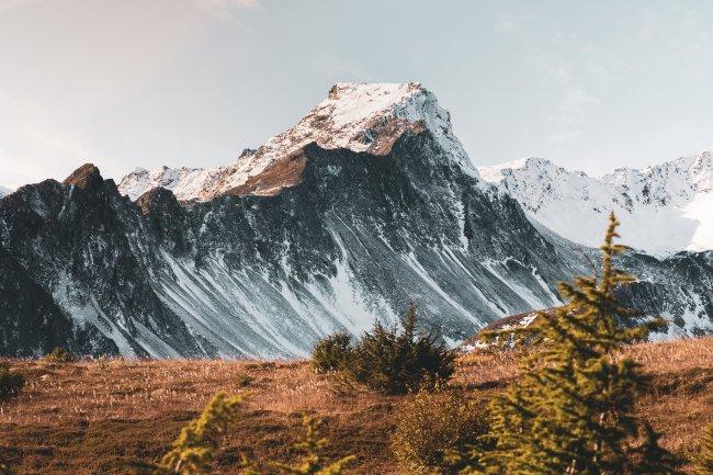 Заснеженный горный хребет