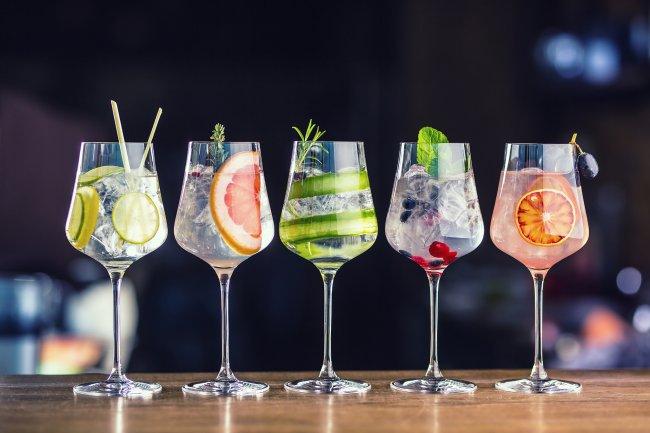 Пять бокалов коктейлей, фруктовых напитков