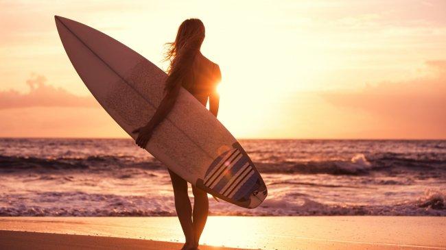 Девушка с доской для серфа