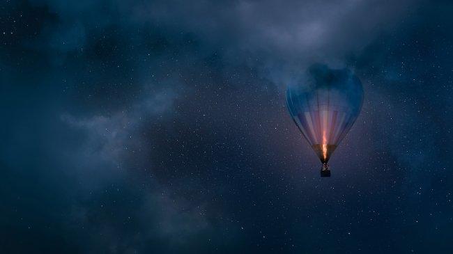 Воздушный шар в ночном небе