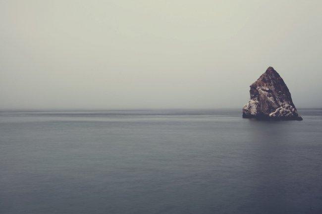 Скала в воде