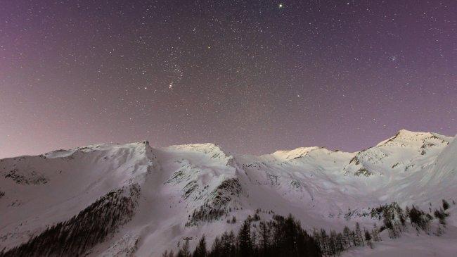 Горы на фоне ночного звездного неба