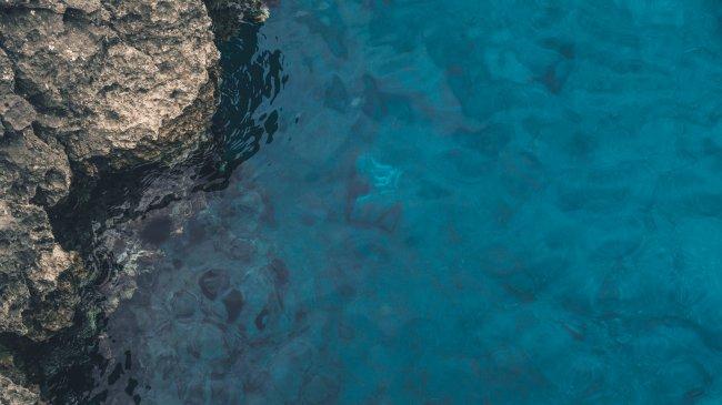 Скалистый риф у берега моря
