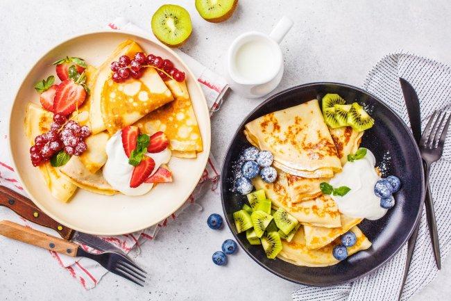 Домашние блины со сметаной и фруктами