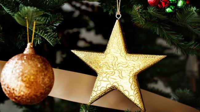 Золотая звезда и шар на новогодней елке