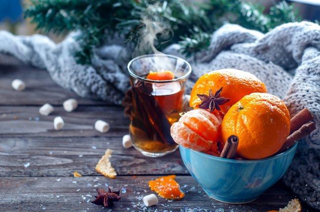 Мандарины с корицей и горячий чай