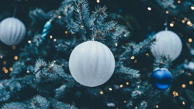 Новогодние шары на новогодней ели