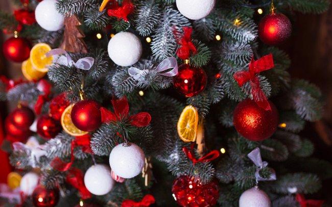 Новогодние елочные украшения и аксессуары на елке