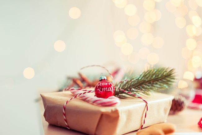 Рождественское украшение на рождественском подарке