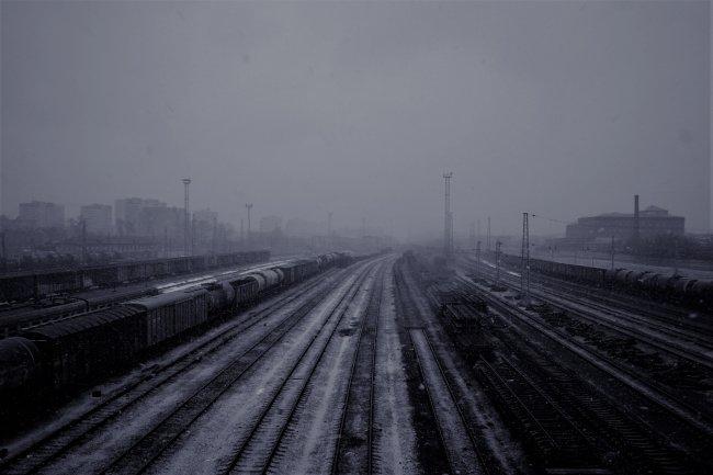 Железнодорожная станция под падающим снегом