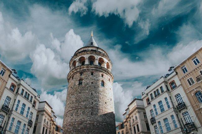 Галатская башня в Стамбуле на высоком холме района Галата