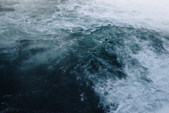 Бурлящее от шторма море