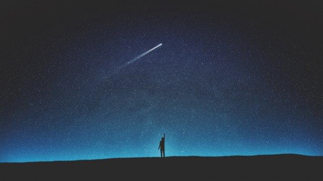 Силуэт человека под звездами