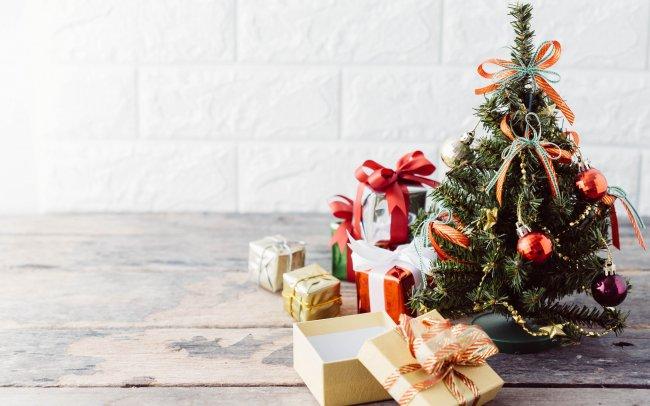 Рождественская елка с подарочными коробками