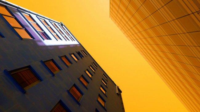Многоэтажное здание вид снизу вверх