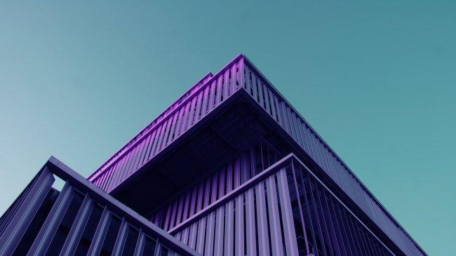 Фиолетовое архитектурное здание