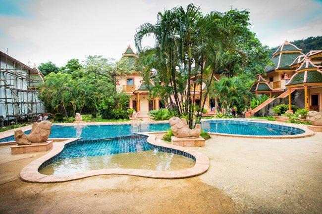 Вилла с бассейном и пальмами