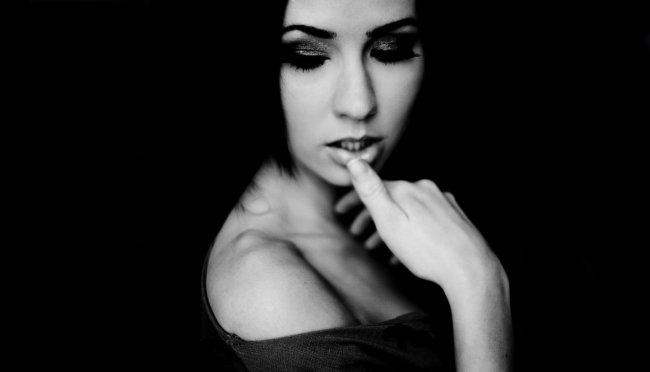 Девушка на черном фоне с короткой стрижкой