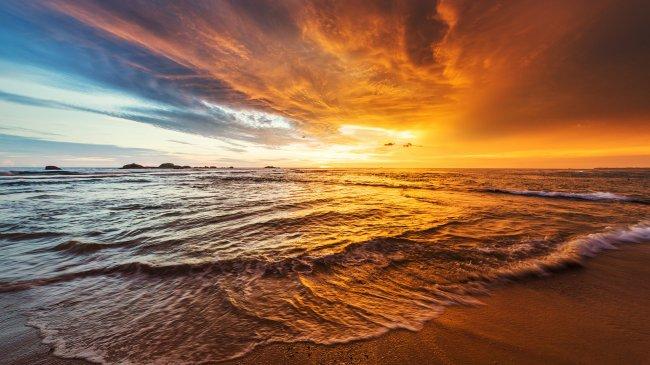 Закат над Индийским океаном в Хиккадуве, Шри-Ланка