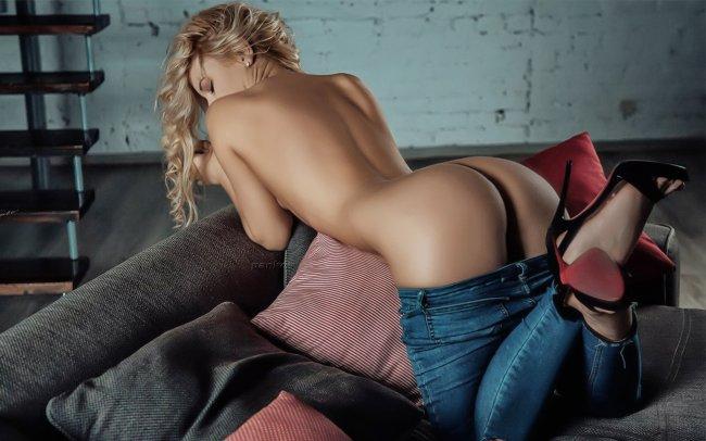 Блондинка со спины на диване