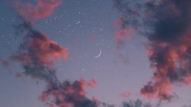 Луна и звезды в ночном небе