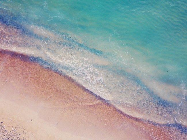 Береговая линия океана, малые волны