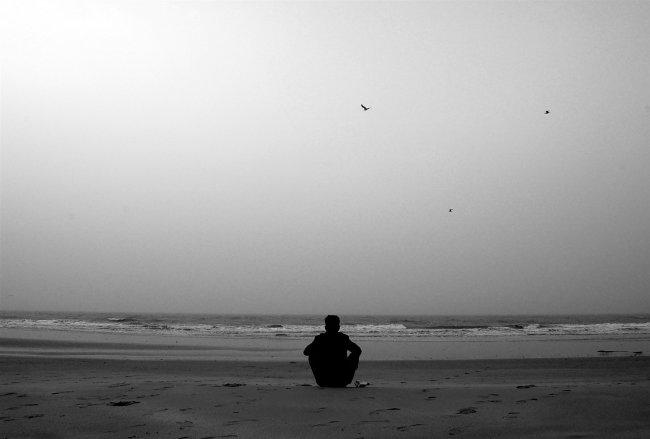 Одинокий парень у моря