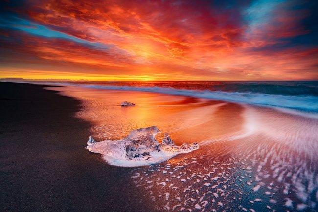 Ледяной пляж в Исландии на закате
