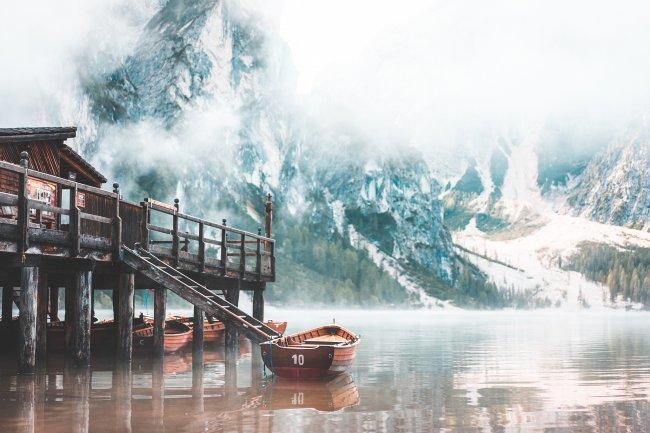 Туманное утро на озеро Брайес, Италия