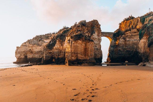 Каменный мост между скалами в Португалии