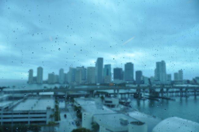 Капли дождя на стекле на фоне города