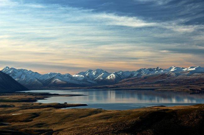 Озеро Текапо в Новой Зеландии с видом на горный массив