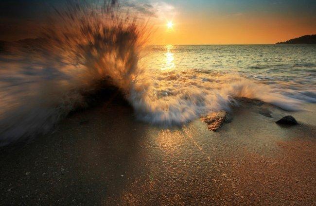 Бьющиеся о камни морские волны