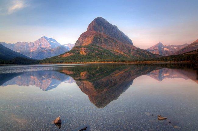 Озеро Свифткуррент в регионе ледников, штат Монтана, США