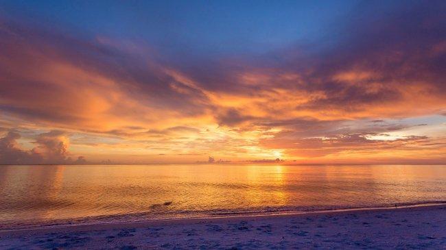 Пляж в Майами-Бич в сумерках Оушен-драйв, Флорида, США