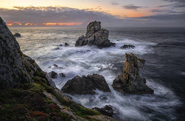 Скалы окружённые морской водой