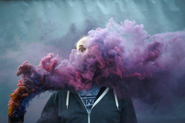 Человек с дымовой шашкой
