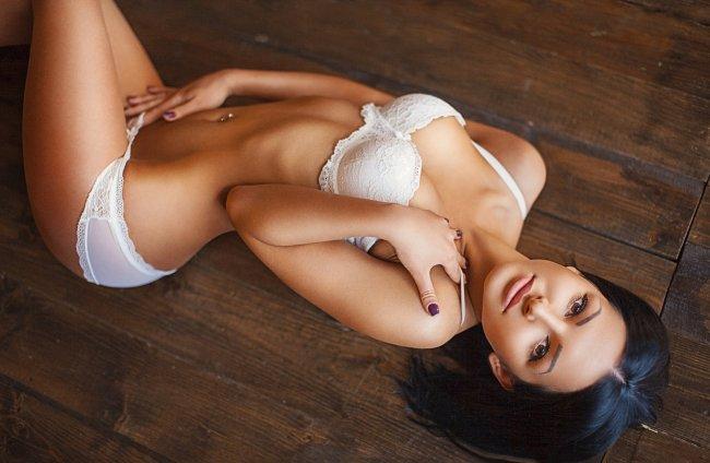 Девушка на полу позирует в нижнем белье