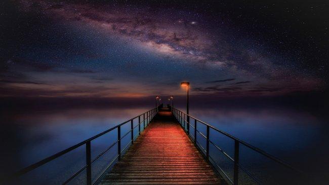 Пирс под ночным небом
