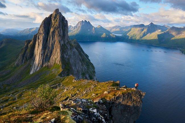 Пара, смотрящая на гору Сегла, Норвегия