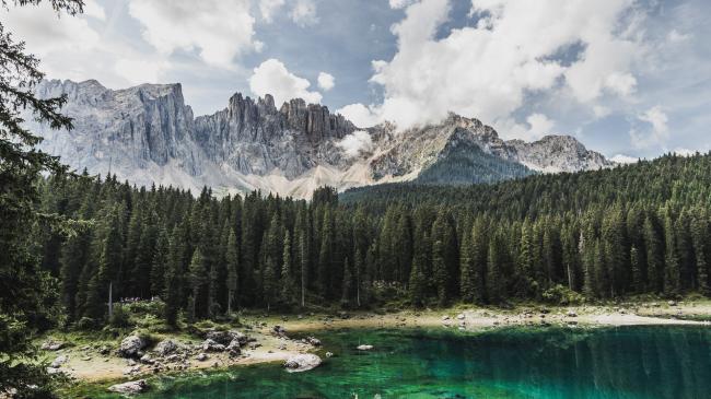 Озеро Карецца, в раю Доломитовых Альп, Италия