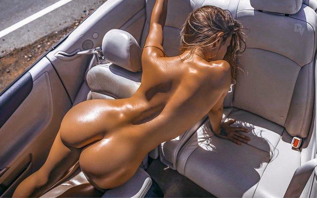 Обнаженная девушка в автомобиле