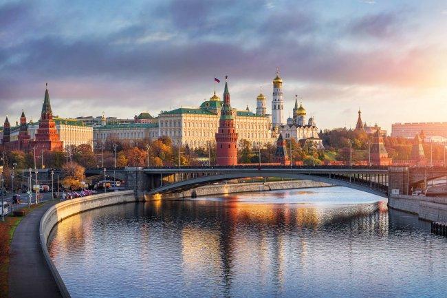 Кремлевская набережная в Москве, Россия